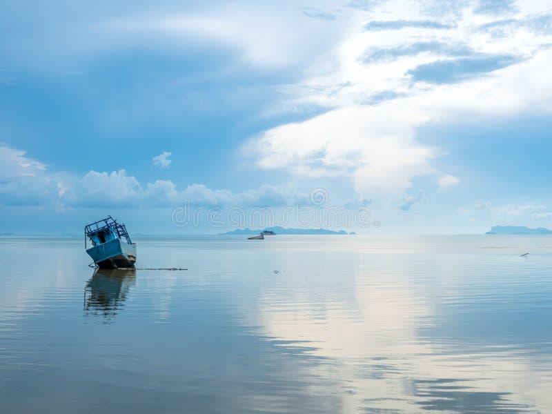 Vissersboot aan de grond over ondiep water royalty-vrije stock afbeeldingen