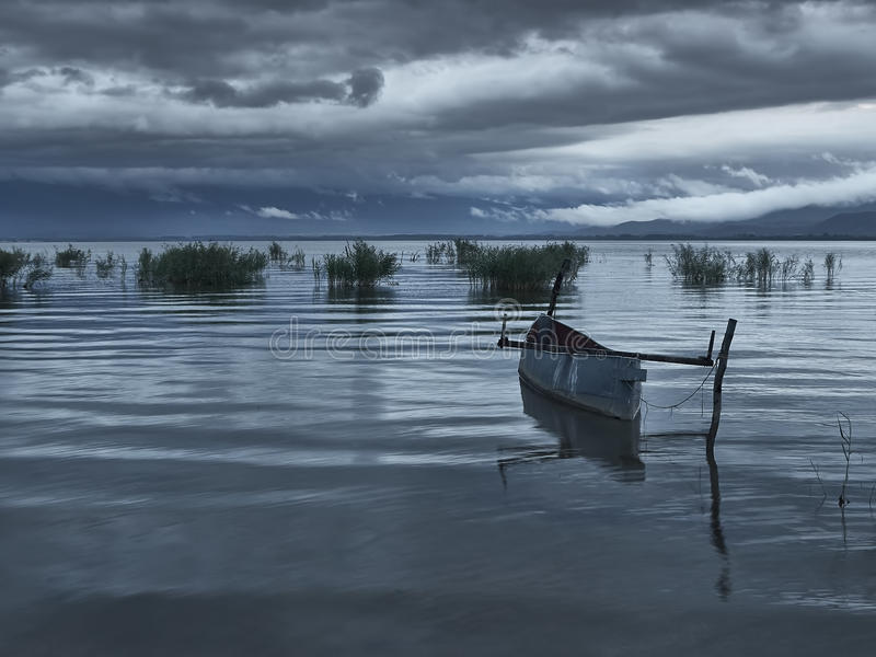 Vissersboot bij dageraad stock fotografie