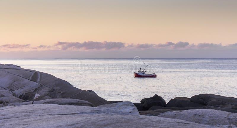 Vissersboot bij dageraad bij de Inham van Peggy ` s in Nova Scotia, Canada stock foto's