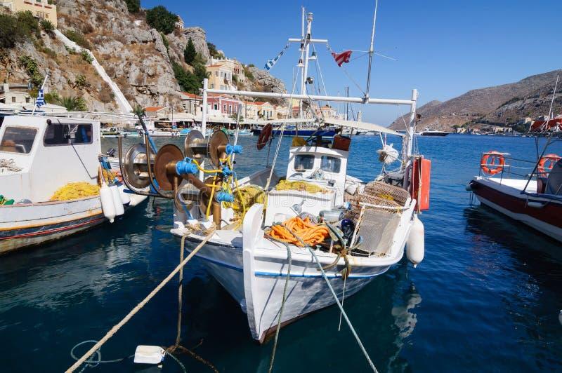 Vissersboot bij de pijler in de Baai van het Eiland Simi royalty-vrije stock foto's