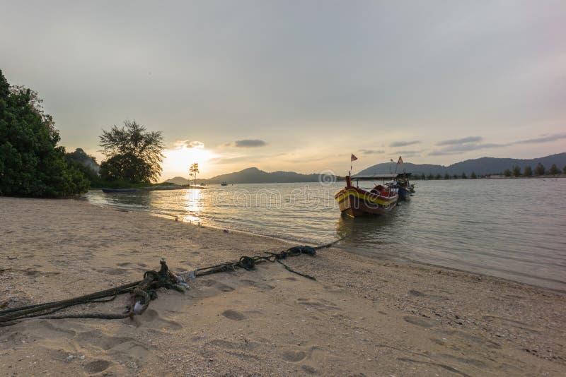 Vissersboot bij het strand tijdens zonsondergang royalty-vrije stock foto