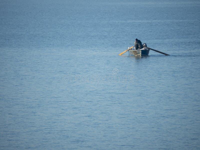 Vissersboot bij Mihailesti-meer, dichtbij Boekarest, Roemenië stock afbeeldingen