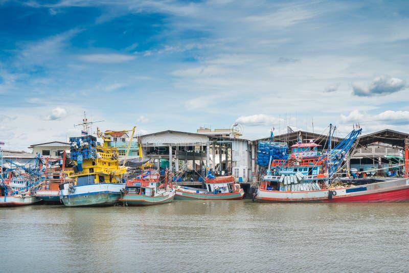 Vissersboot bij verse overzees voedselmarkt Thailand royalty-vrije stock afbeeldingen