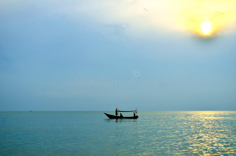 Vissersboot bij zonsopgang royalty-vrije stock foto