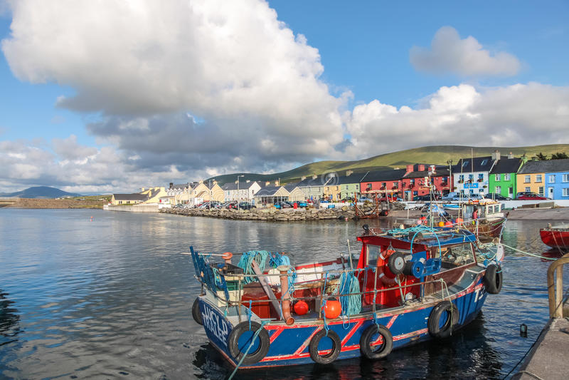 Vissersboot in de haven royalty-vrije stock afbeeldingen