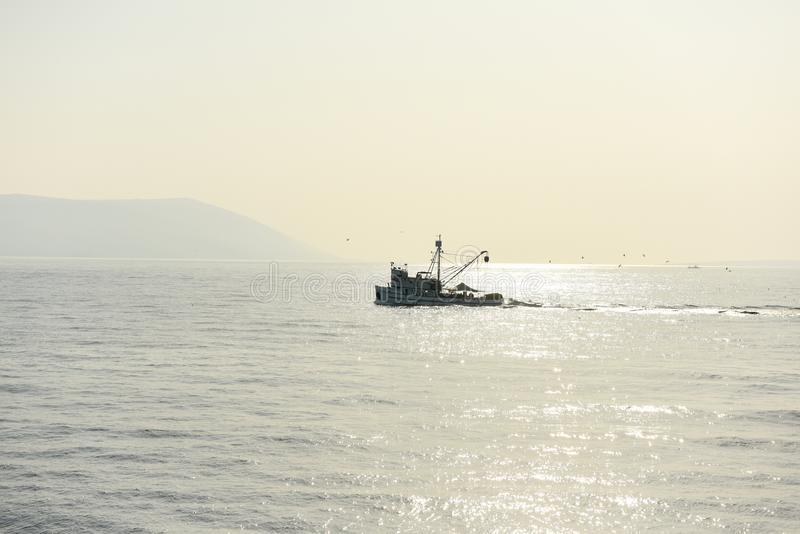 Vissersboot in de Middellandse Zee stock afbeelding