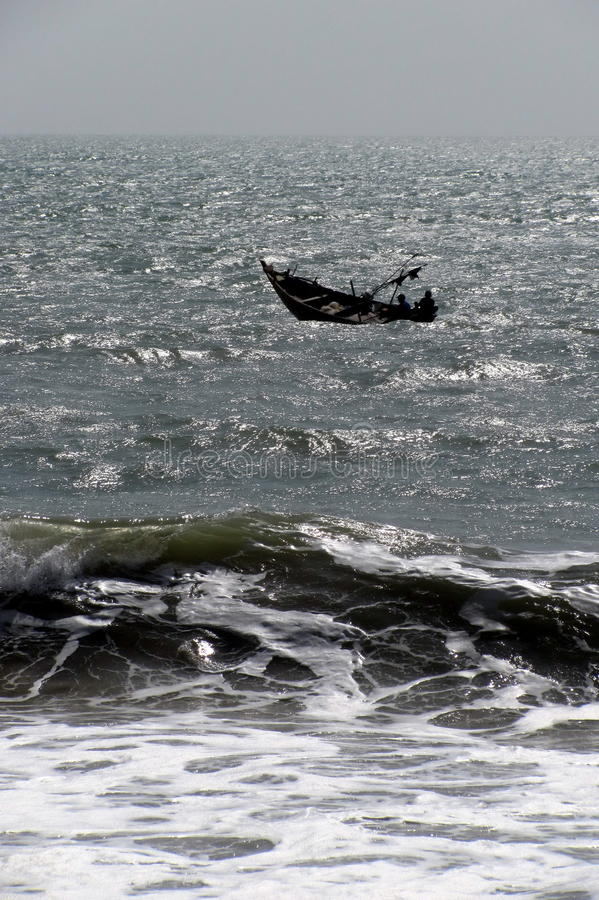 Vissersboot die in het overzees drijven stock afbeelding