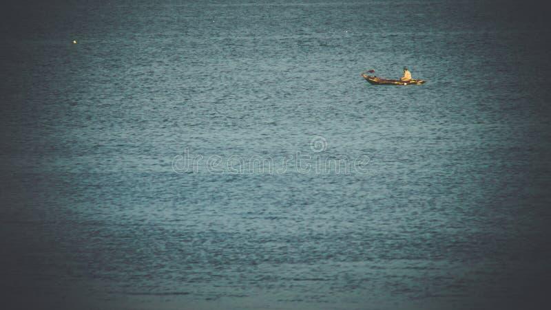 Vissersboot die in het overzees drijven Mooi Turkoois stock foto's