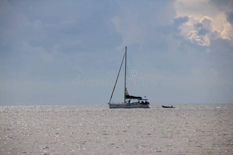 Vissersboot die naar de Haven na Dag` s Vangst terugkeren royalty-vrije stock fotografie