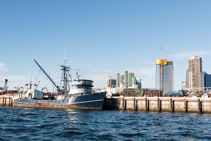 Vissersboot in Embarcadero in San Diego wordt gedokt dat royalty-vrije stock afbeelding