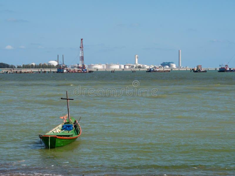 Vissersboot en olieopslag in Rayong, Thailand royalty-vrije stock foto's