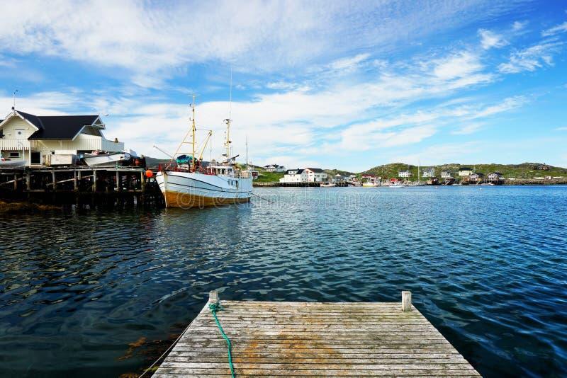 Vissersboot in fjord royalty-vrije stock fotografie