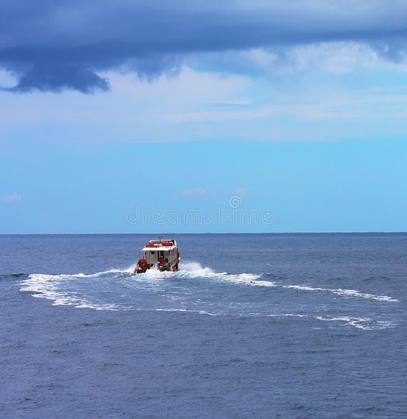 Download Vissersboot In Haven Op Een Mooie Overzees Wordt Gebonden Die Stock Foto - Afbeelding bestaande uit kleur, schip: 54090632