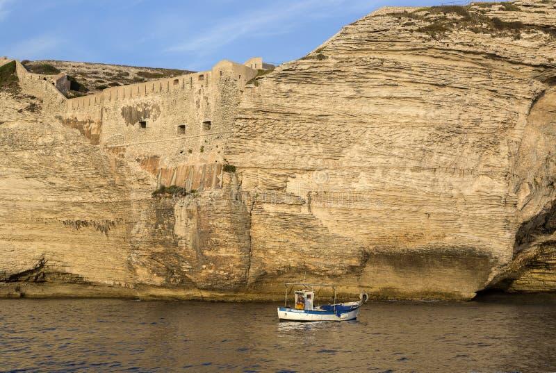 Vissersboot, heilige-François mariene begraafplaats, Bonifacio, Corsica, Frankrijk stock foto's