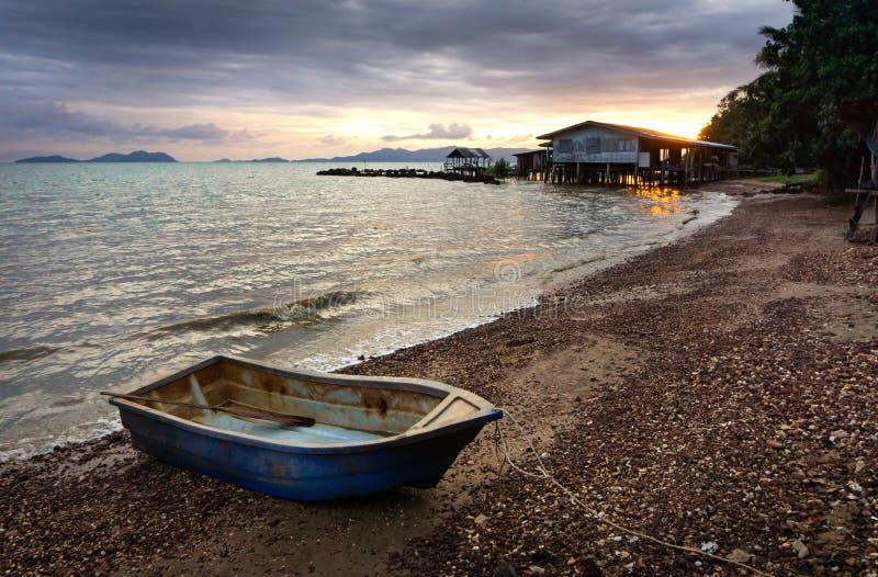 Vissersboot in het strand in zonsondergangtijd wordt geparkeerd in Thailand dat stock afbeelding
