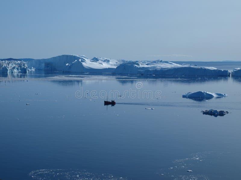 Vissersboot in Ilulissat Icefjord, Groenland. royalty-vrije stock afbeelding