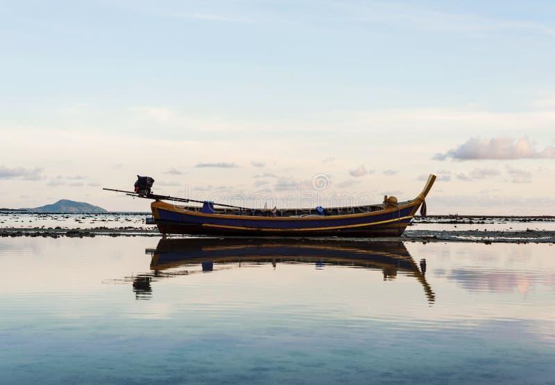 Vissersboot met ochtendlicht stock afbeeldingen