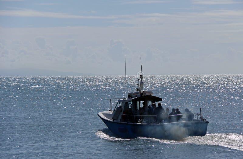 Vissersboot met passagiers stock foto's