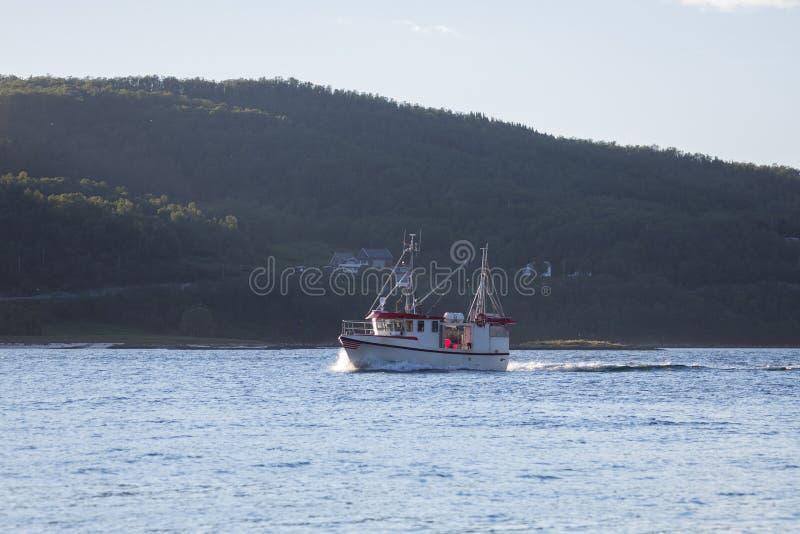 Vissersboot op de oceaan Fjord in Noorwegen stock afbeeldingen