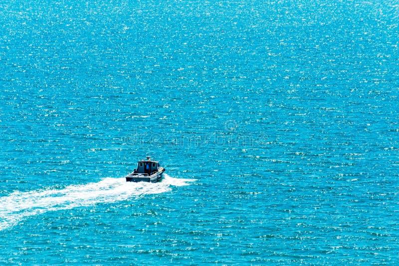 Vissersboot op de oceaan, recreatieve visserij, open watertank stock foto
