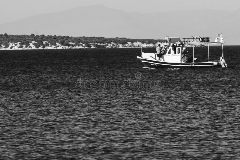 Vissersboot op het blauwe Turkse Egeïsche overzees royalty-vrije stock fotografie