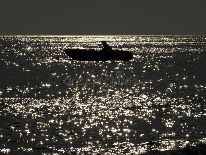 Vissersboot op het overzees royalty-vrije stock fotografie