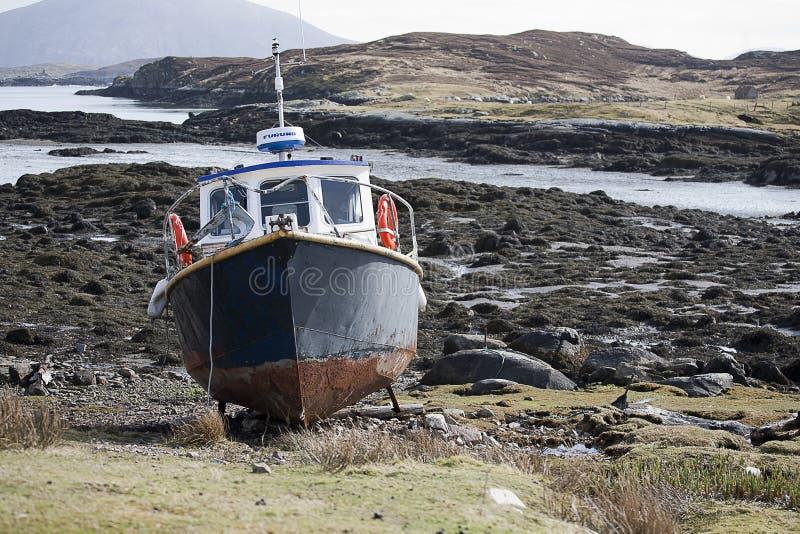 Vissersboot op het Schotse Eiland Lewis en Harris stock foto