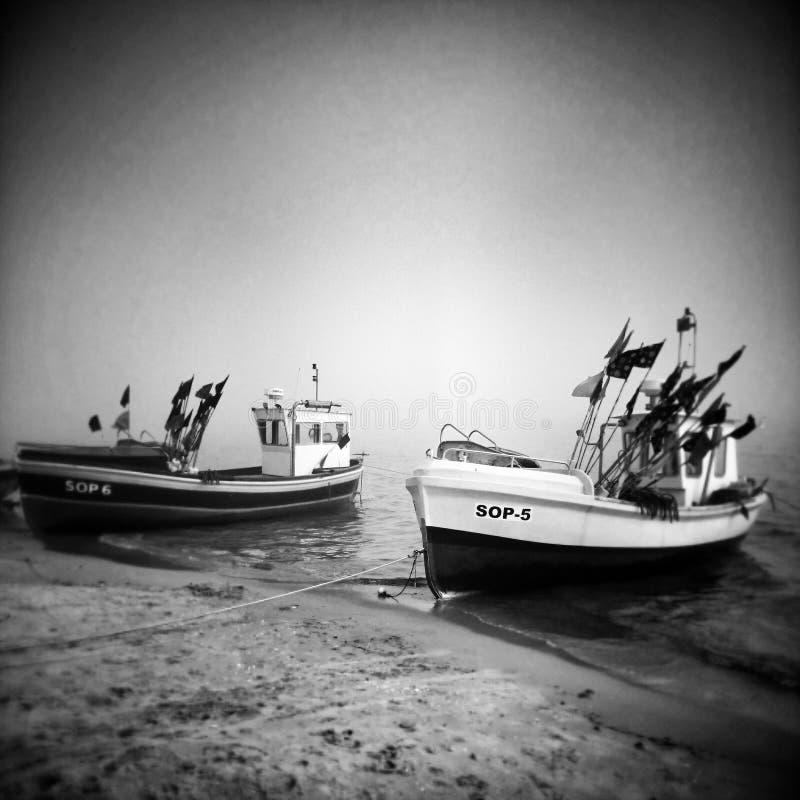 Vissersboot op het strand Artistiek kijk in zwart-wit royalty-vrije stock afbeelding