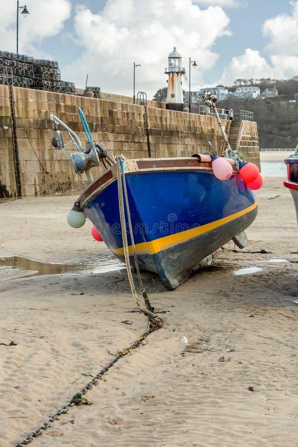 Vissersboot op Zand at low tide, St Ives, Noord-Cornwall stock foto