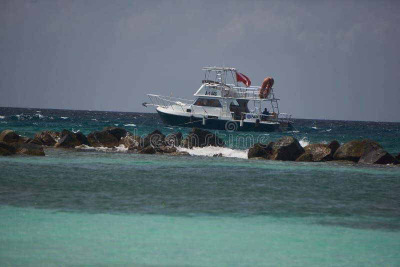 Vissersboot van de Laag van Aruba stock fotografie