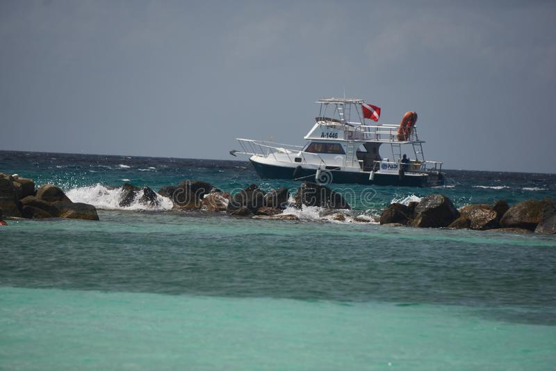 Vissersboot van de Laag van Aruba stock foto
