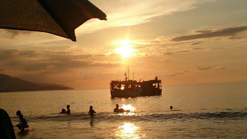 Vissersboot in zonsondergang royalty-vrije stock foto's