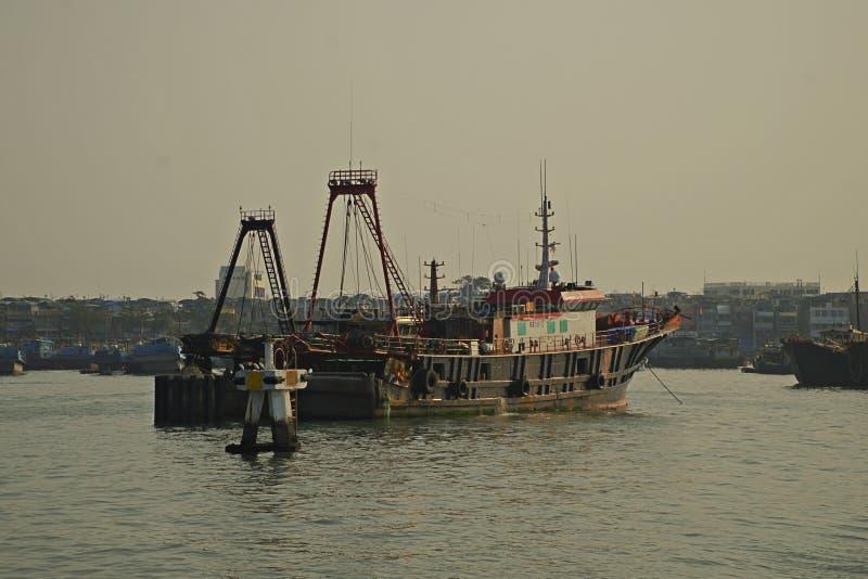 Vissersboot in zonsopgang die uit van Cheung Chau wachten te leiden stock afbeelding