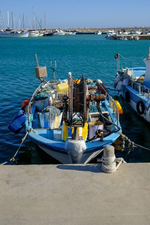 Vissersboot in Zygi, Cyprus wordt vastgelegd dat stock afbeeldingen