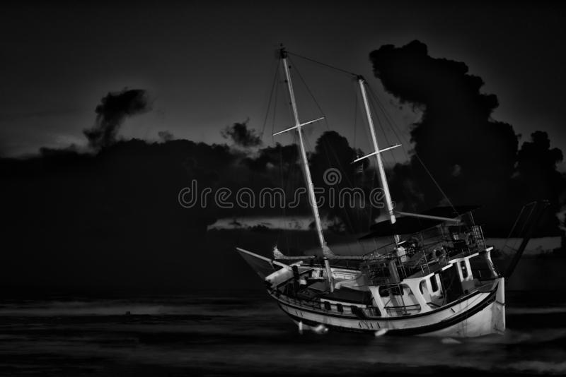 Vissersbootschipbreuk of verlaten schipbreuk , Gesloopte boot verlaten tribune op strand in Rhodos royalty-vrije stock afbeeldingen