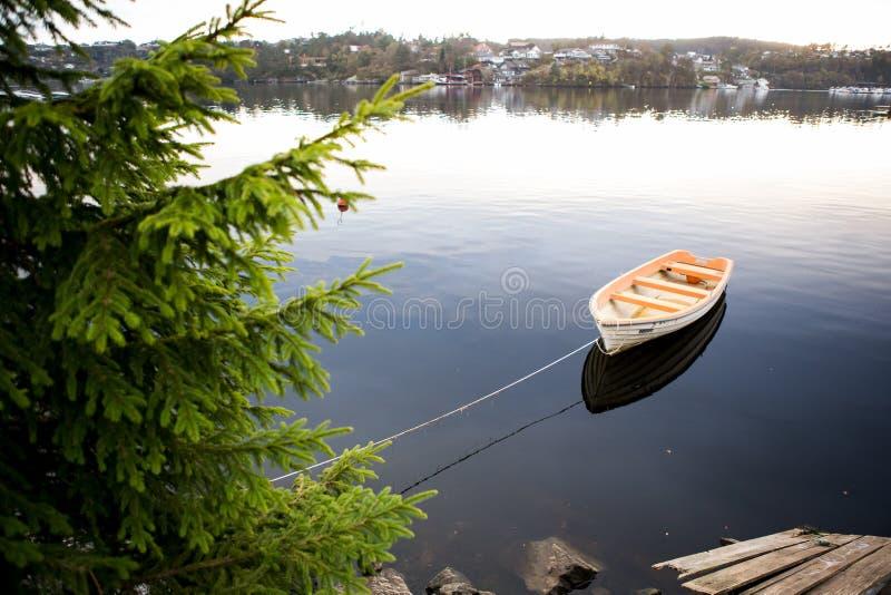 Vissersboottribune bij het dok royalty-vrije stock foto's