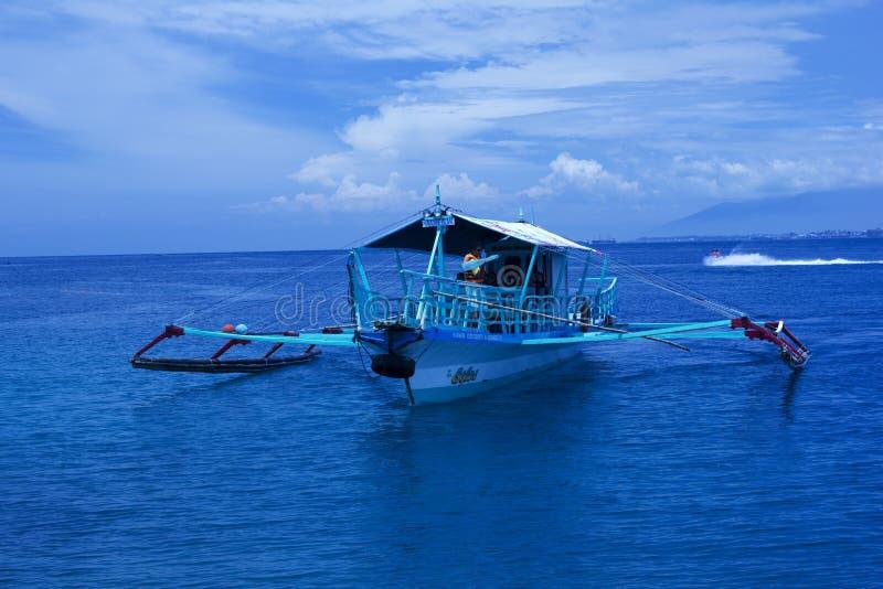 Vissersbootveerboot royalty-vrije stock afbeeldingen