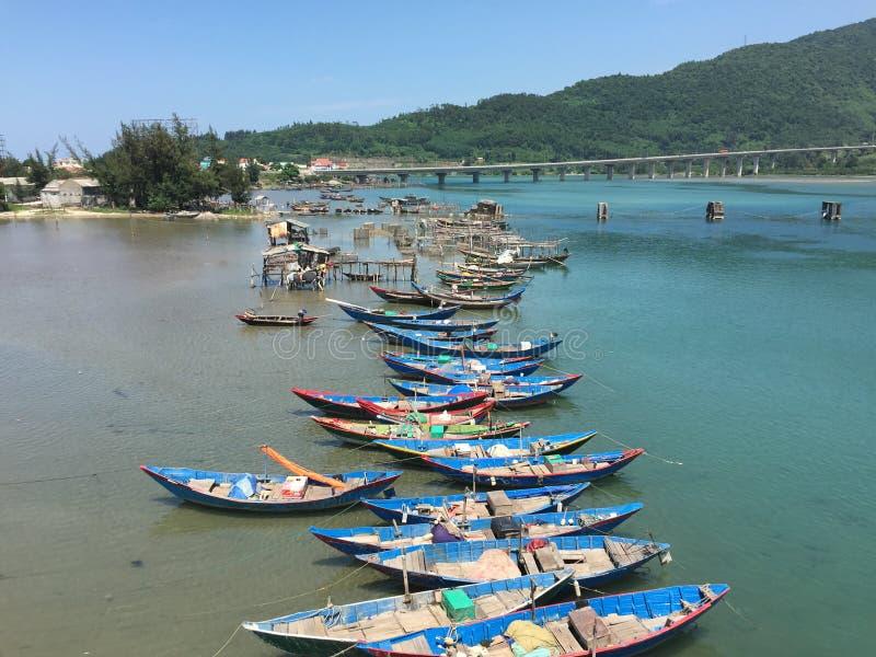 Vissersboten bij de pier royalty-vrije stock afbeeldingen