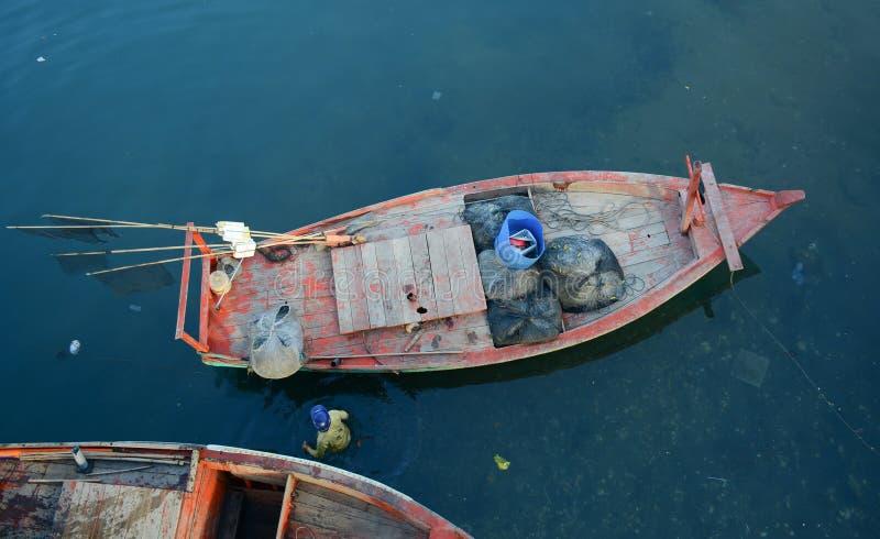 Vissersboten bij de pier in Phu Quoc, Vietnam stock foto's