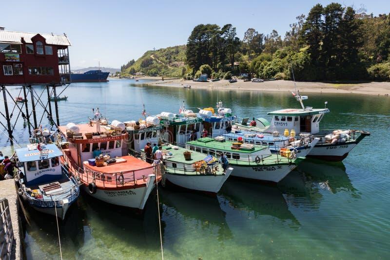 Vissersboten bij de de Vissenmarkt worden opgesteld van Puerto Montt waar de vangst voor verkoop die wordt leeggemaakt stock foto's