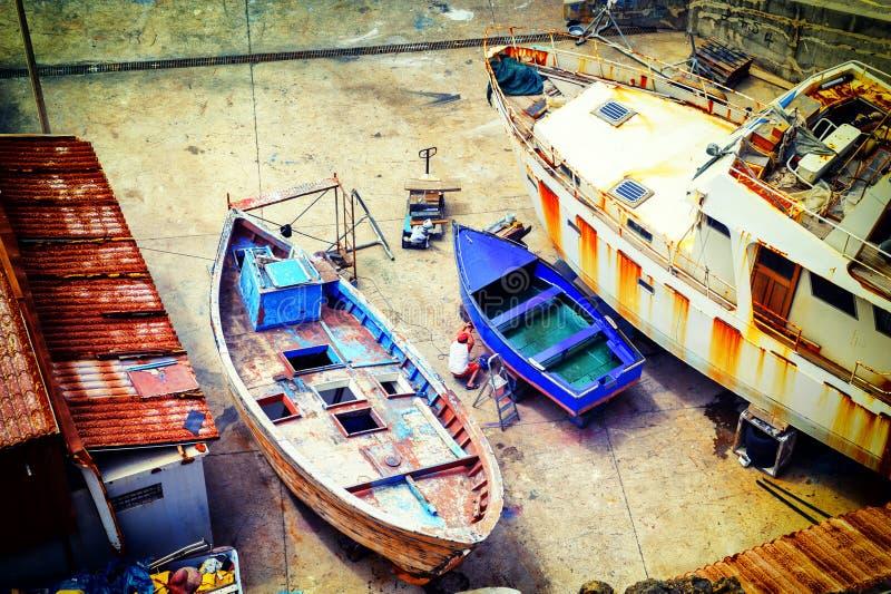Vissersboten bij droogdok royalty-vrije stock afbeelding
