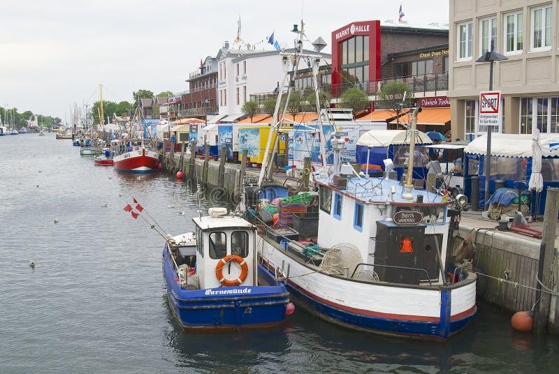 Vissersboten bij het kanaal in Rostock, Duitsland worden gebonden dat stock afbeelding