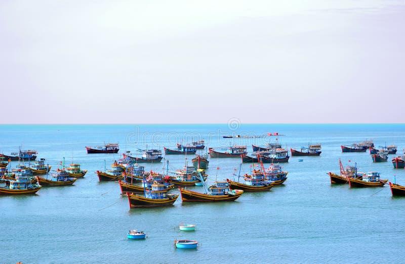 Vissersboten bij het overzees in de ochtend royalty-vrije stock fotografie