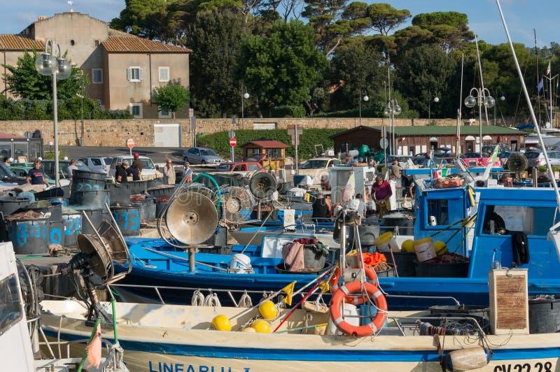 Vissersboten bij Santa Marinella-baai op zonnige dag worden vastgelegd die stock foto