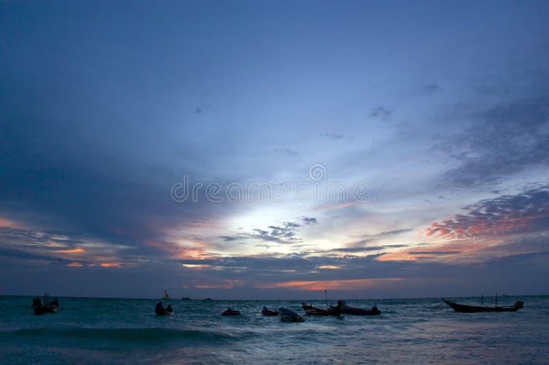 Vissersboten bij zonsondergang stock foto's