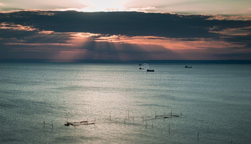 Vissersboten in de avond stock fotografie