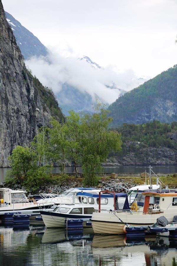 Vissersboten in de fjord van Noorwegen royalty-vrije stock foto's