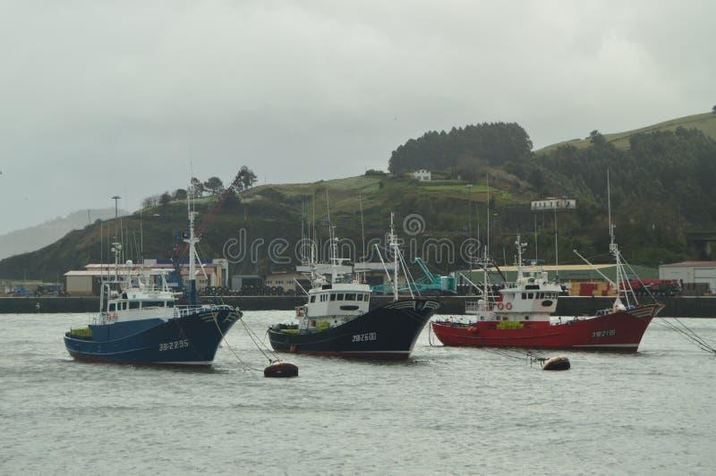 Vissersboten in de Haven van Bermeo door de Guurheden van Orkaan Hugo worden vastgelegd die De Aard van de navigatiereis stock foto's