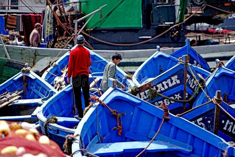 Vissersboten in de haven van Essaouira stock afbeelding