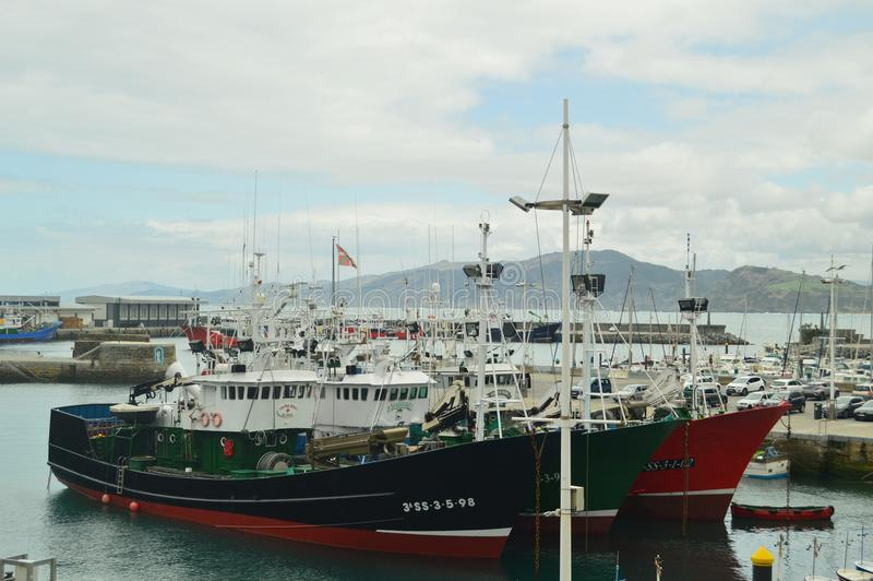 Vissersboten in de Haven van het Versterkte Dorp dat van Getaria worden vastgelegd Reis van de visserij de Gemiddelde Leeftijd stock foto's
